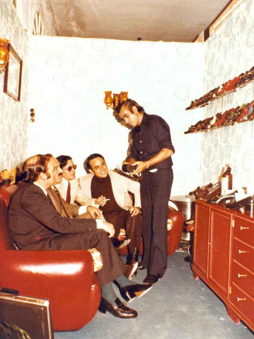 1969 Ferrerías: Jaime Mascaró con clientes en la antigua fábrica.