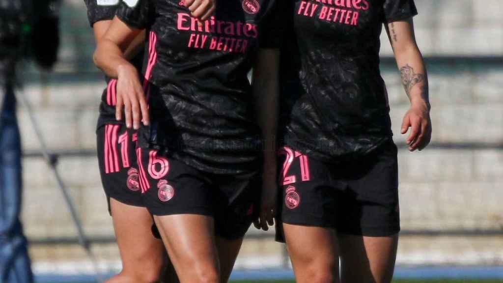 Aurelie Kaci recibe el abrazo de Jessica Martínez después de marcar ante el Real Betis Femenino
