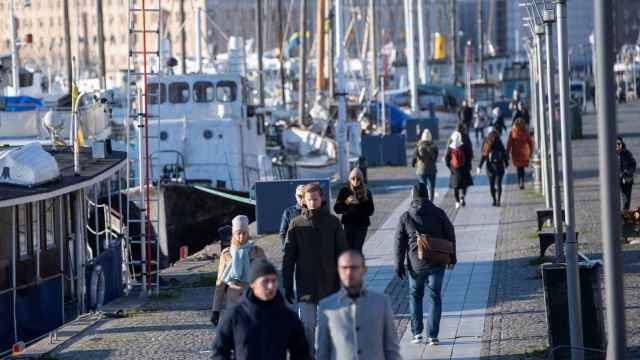 Viandantes paseando por Estocolmo, muchos sin mascarilla.