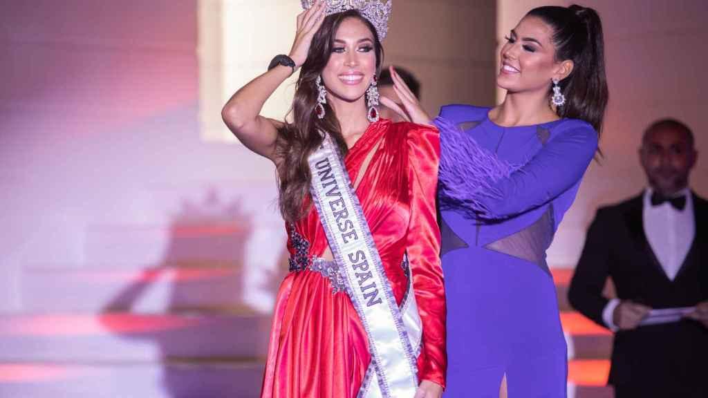 Andrea Martínez coronándose como Miss Universo España 2020.