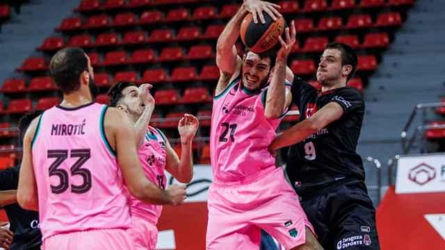 Abrines peleando un balón en el duelo ante Zaragoza