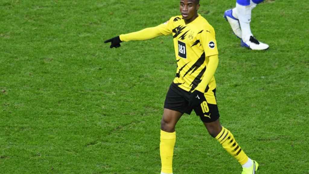 Youssoufa Moukoko, durante un partido del Borussia Dortmund