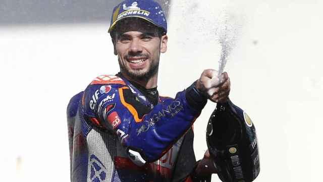 Miguel Oliveira levanta el trofeo de ganador del Gran Premio de Portugal, en Portimao.