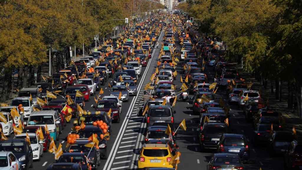 El paseo de la Castellana, repleto de vehículos para protestar contra la Ley Celaá.