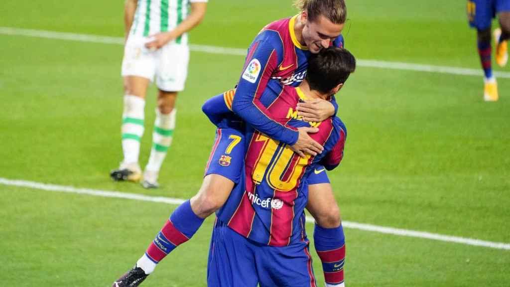 El abrazo de Antoine Griezmann y Leo Messi en el Barça - Betis