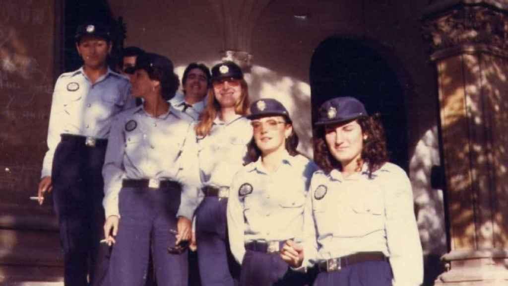 Cándida Barroso (con gafas, la segunda desde la derecha) junto a compañeras de la Policía Local de Valencia.