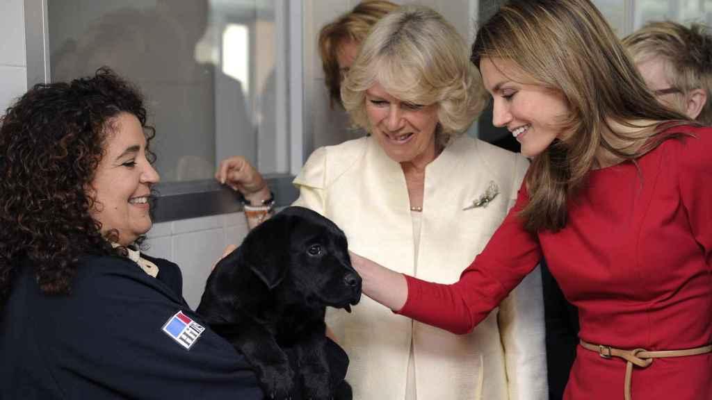 La reina Letizia y la duquesa de Cornualles en una imagen del año 2011.
