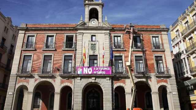 Pancarta contra Violencia machista fachada ayuntamiento zamora (1)