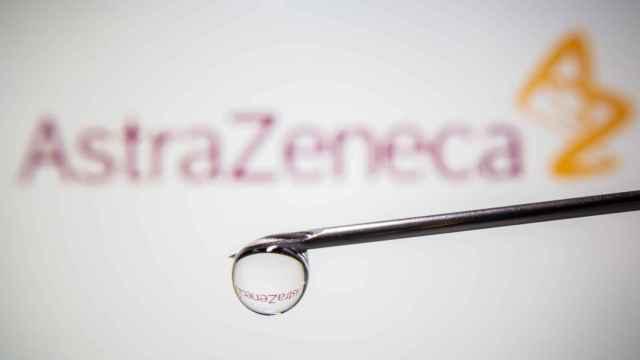Montaje de lo que sería la vacuna de AstraZeneca.
