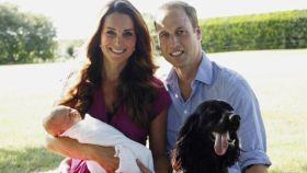 Los duques de Cambridge y su hijo George junto a Lupo en 2013.