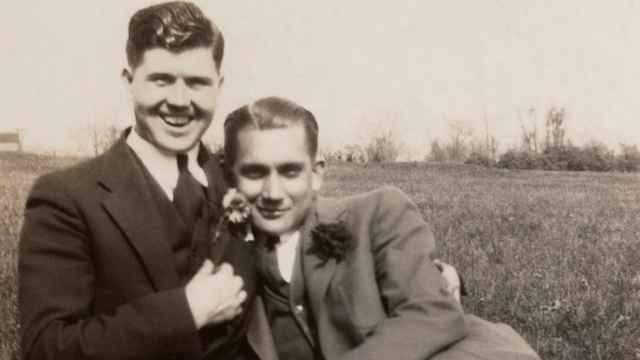 Un siglo de amor prohibido entre hombres: las imágenes clandestinas recogidas en rastros y anticuarios