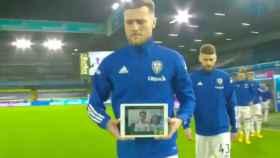 Liam Cooper porta la tablet donde se ve a Elliot Metcalfe