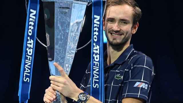 Medvedev con su trofeo de las ATP Finals