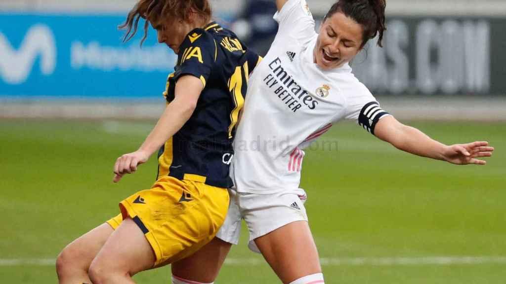 Ivana Andrés pelea un balón ante el Deportivo