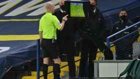Anthony Taylor revisa el VAR en un partido de la Premier League