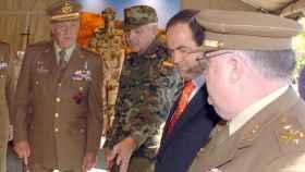 Juan Carlos I, a la derecha, y José Bono, con corbata naranja, en una imagen de archivo