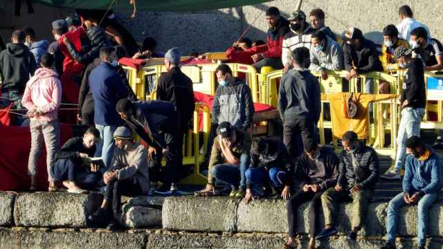 Inmigrantes hacinados en el muelle de Arguineguín, en Gran Canaria.