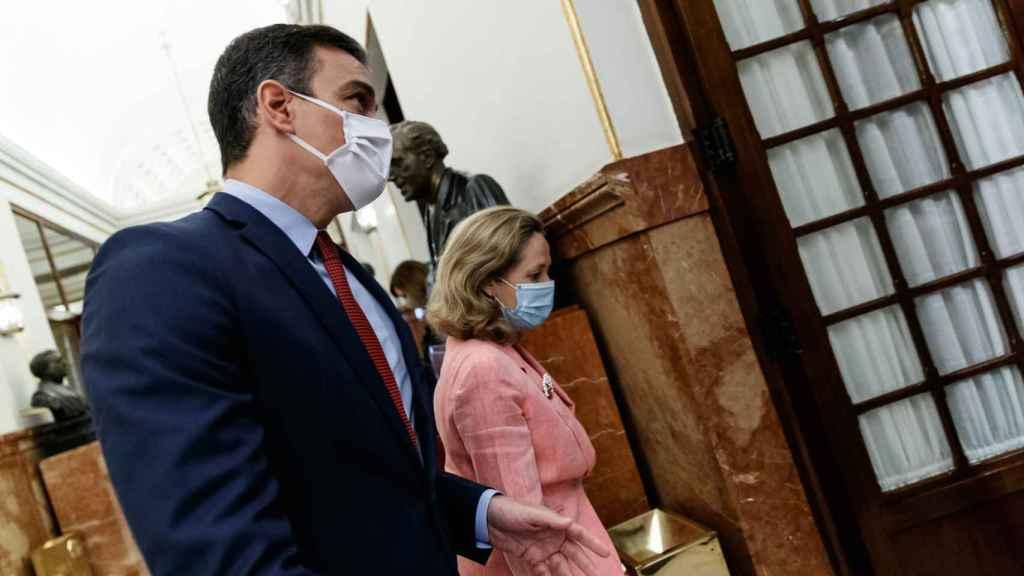 Pedro Sánchez y Nadia Calviño, entrando en el Congreso de los Diputados.