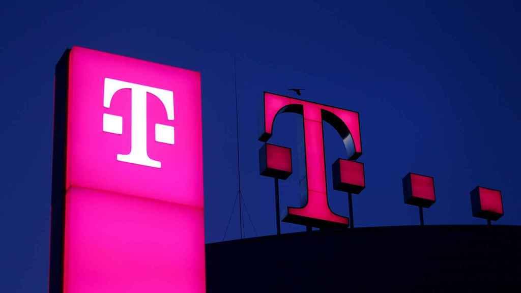 Logo de Deutsche Telekom en el tejado de la sede de la compañía en Bonn (Alemania).