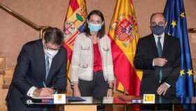 La ministra de Industria, Reyes Maroto, junto al presidente del Gobierno de Aragón, Javier Lambán y el consejero de Industria, Arturo Aliaga.