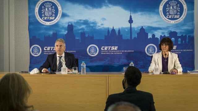 El ministro del Interior, Fernando Grande-Marlaska (i) junto a la secretaria de Estado de Seguridad, María Jesús Cantos (d) durante la presentación.
