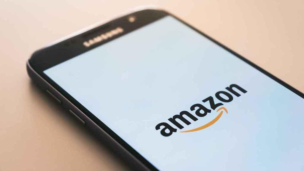 Móvil con el logo de Amazon.