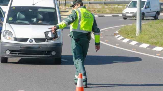Un Guardia Civil para a un coche.