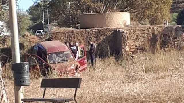 Unos agentes de la Policía Local de Torre Pacheco, este domingo, durante la detención del supuesto kamikaze.