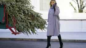 Melania Trump a las puertas de la Casa Blanca recibiendo el árbol de Navidad.