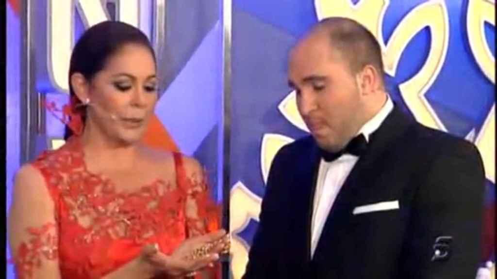 Isabel Pantoja entregó a su hijo el cordón de oro de su difunto esposo durante las Campanadas 2011.