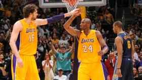 Pau Gasol con Kobe Bryant celebrando una canasta de los Lakers