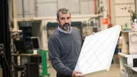 El catedrático de Mecánica de Fluidos de la Unizar, Javier Ballester, con unos de los filtros. EFE/Toni Galán