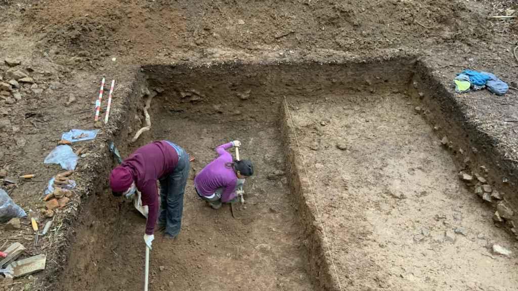 Dos de las arqueólogas del equipo trabajando en el yacimiento.