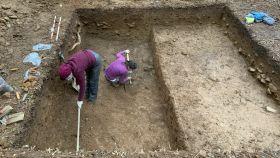 Dos arqueólogas trabajando en un yacimiento gallego.