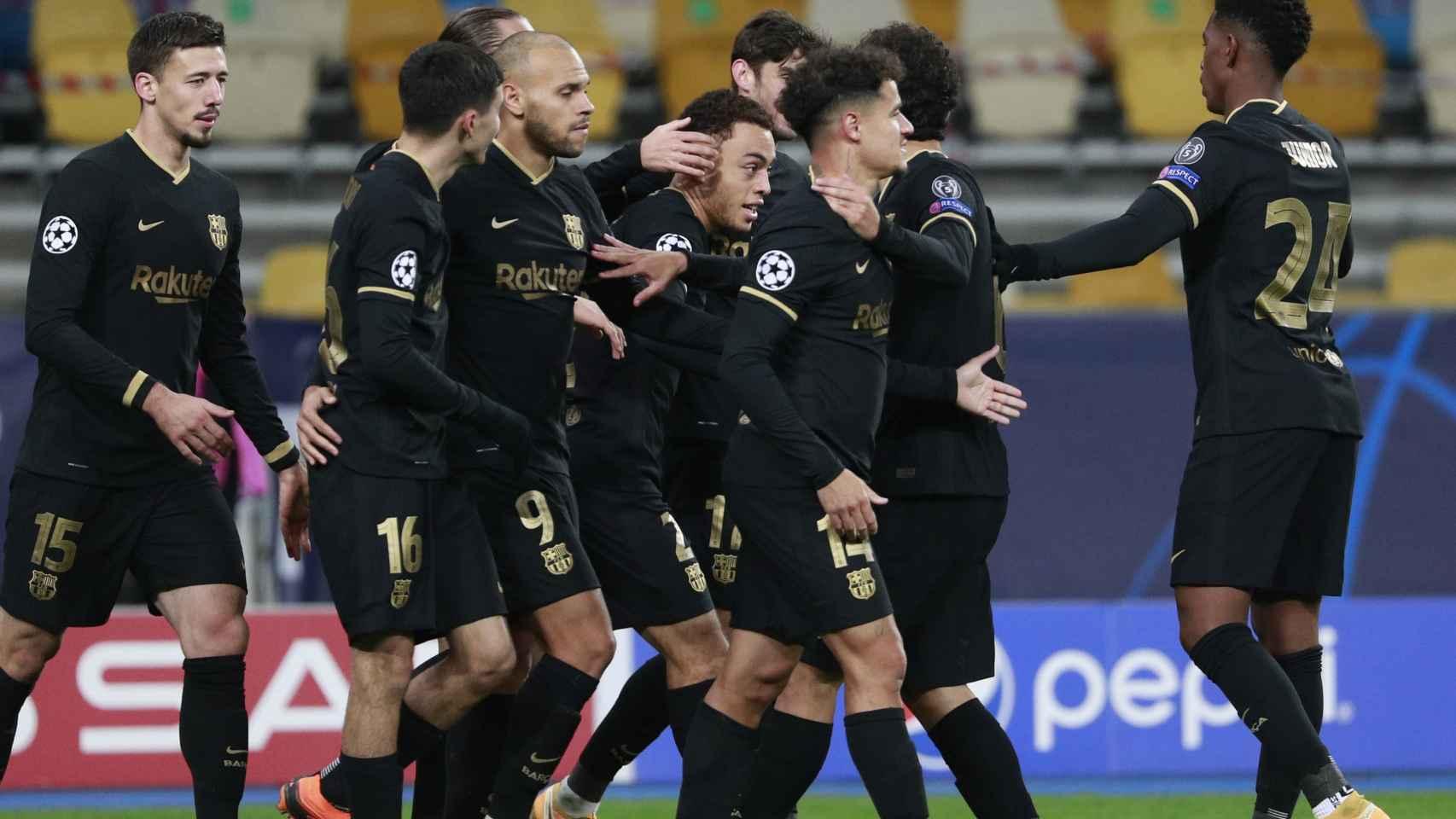Piña de los jugadores del Barcelona para celebrar el gol ante el Dinamo de Kiev