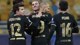 Griezmann abraza a Braithwaite por su gol en la Champions League