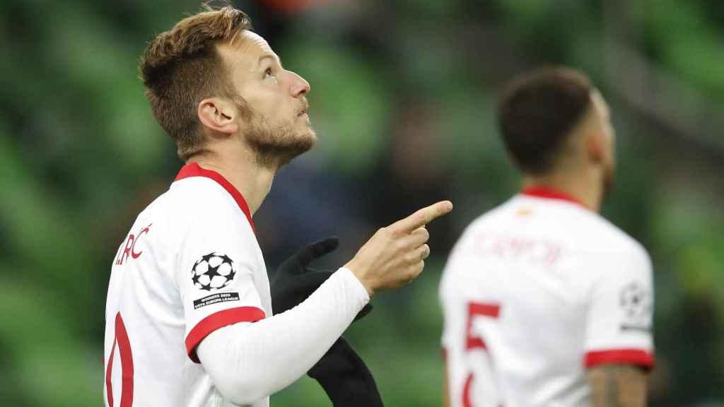 Rakitic celebra su gol con el Sevilla en la Champions League 2020/2021
