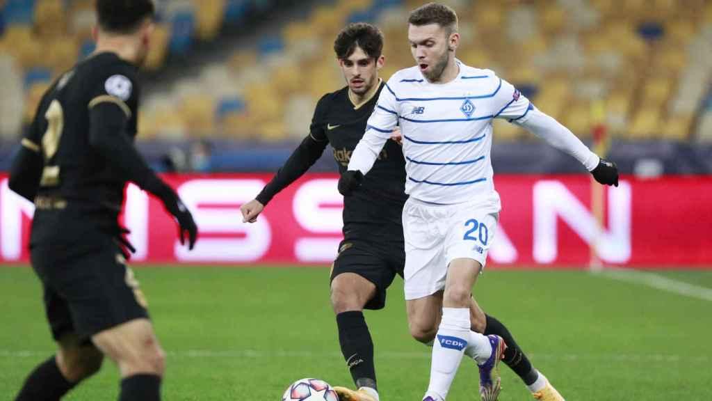 Oleksandr Karavayev ante Francisco Trincao, en el Dinamo de Kiev - Barcelona de la Champions League