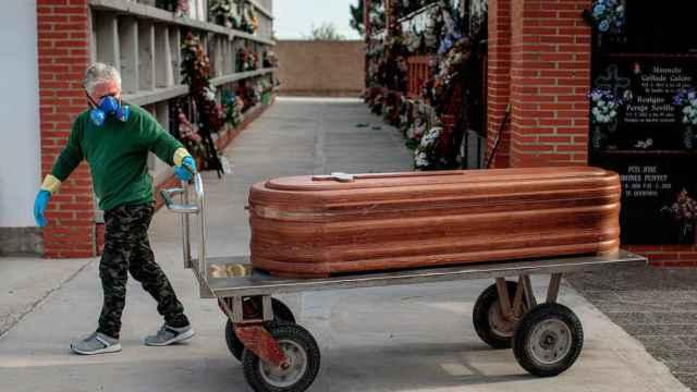 Un operario en el cementerio de Valencia.