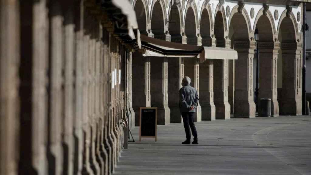 Un hombre espera a que le sirvan un café en La Marina de La Coruña, una zona habitualmente repleta de terrazas.