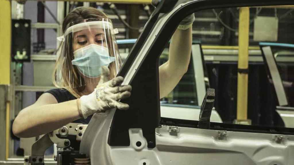 Empleada de Ford Almussafes en la línea de montaje.