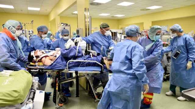 Varios médicos trasladan a un enfermo de coronavirus de 18 años en el hospital San Rafael, en Milán.