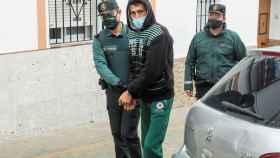 El detenido, conducido a los calabozos por los agentes de la Benemérita.