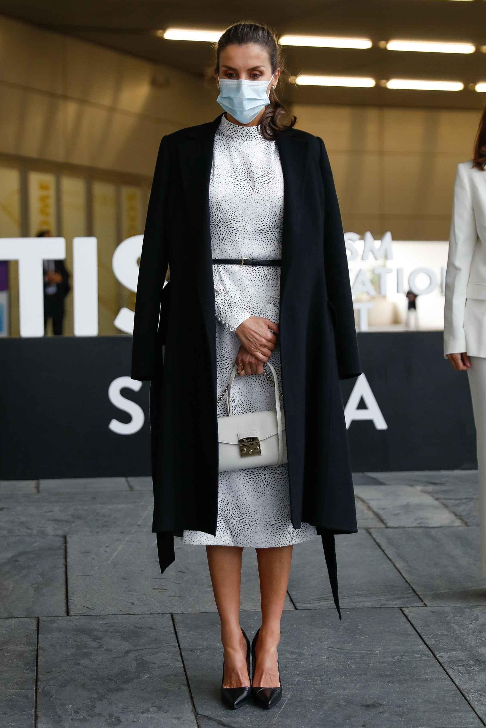 La Reina ha lucido un estilismo muy 'lady ejecutiva' para su cita en Sevilla.