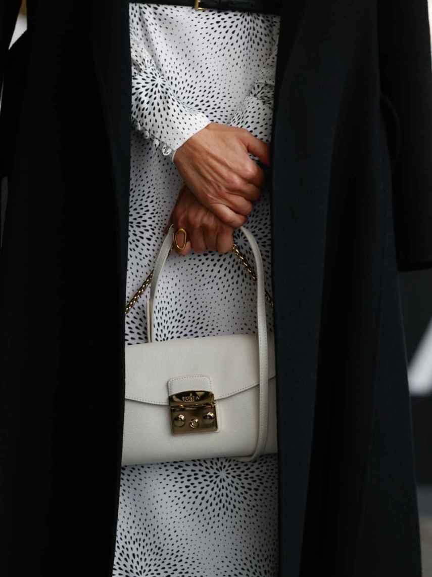 El bolso de mano de color blanco de Letizia.