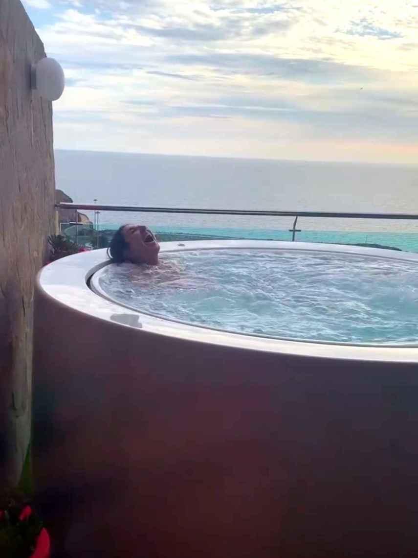 Paz Padilla disfrutando de un baño en el jacuzzi de su suite presidencial.