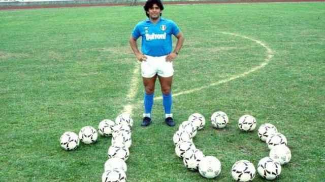 Maradona posa con la copa de la UEFA ganada con el Napoli