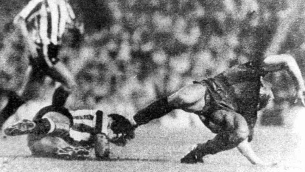 Imagen del momento de la lesión que Andoni Goikoetxea le produjo a Maradona.