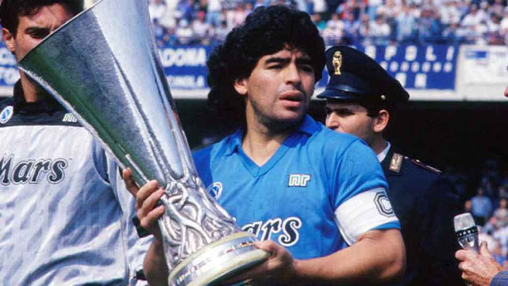 Maradona celebra un trofeo con el Nápoles