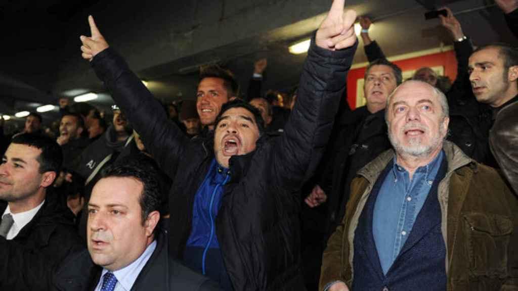 Maradona celebra un gol del Nápoles en el palco